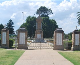 Warwick War Memorial and Gates - WA Accommodation